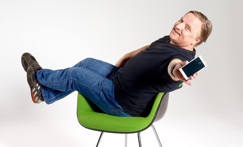 Axel Prahl mit LG Smartphone